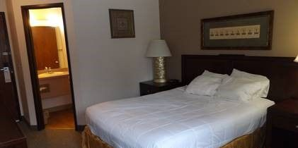 nisswa-inn-suites-queen-room-1
